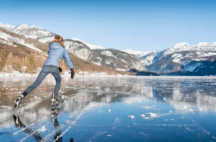 溜冰如此好玩 可你知道冰为何那么滑溜吗