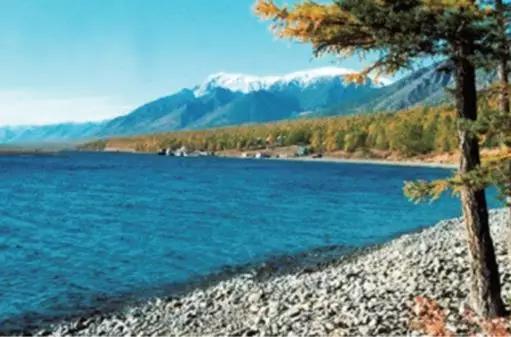 图11 有些撞击坑形成了湖泊,供旅游休闲