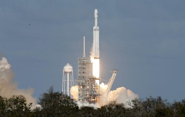 SpaceX重型猎鹰火箭拟4月7日再上天 发射沙特卫星