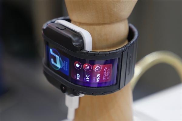 可穿戴手机来了 新物种努比亚α官宣:4月8日发布
