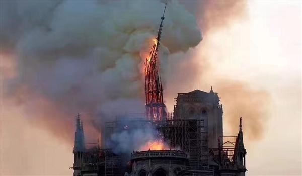 巴黎圣母院发生严重火灾:木质结构遭焚毁塔尖倒塌 主体无碍