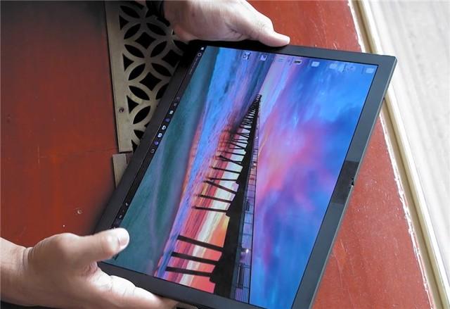 联想OLED折叠屏设备实物曝光:2K分辨率4:3比例