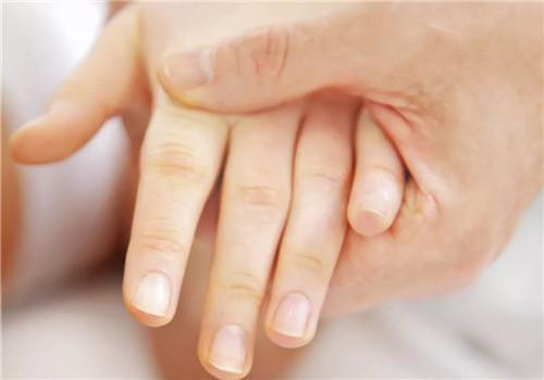 知否 掰手指咔咔响很爽?手指会变粗甚至得关节炎吗?