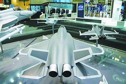图片说明:航空工业展台的隐形战机模型引发关注。