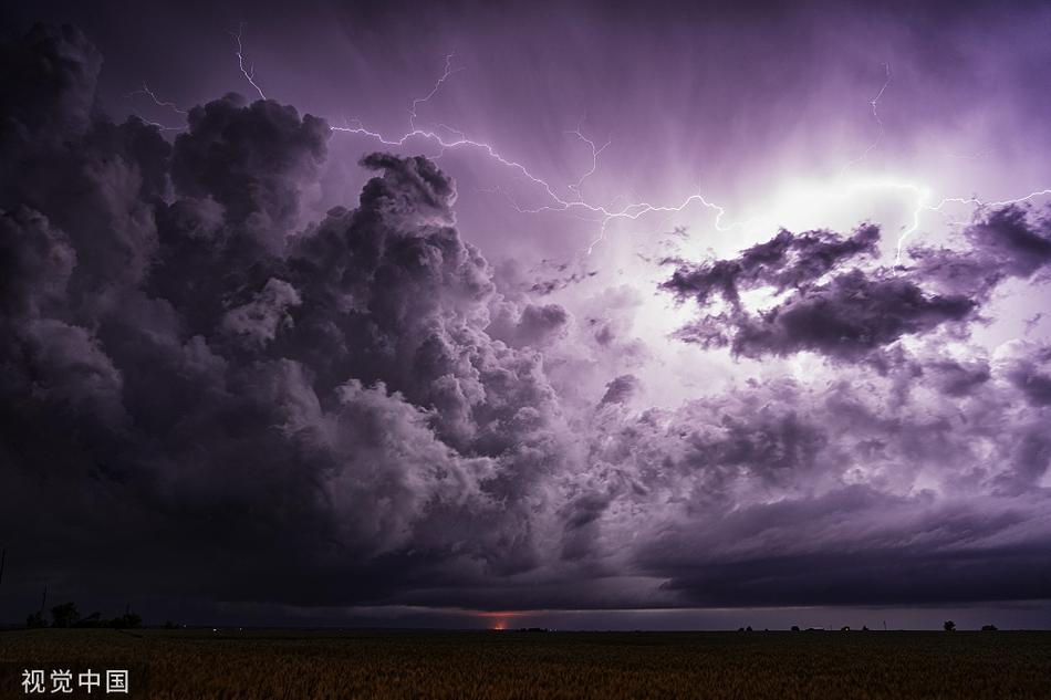 """""""追风者""""跟踪拍摄超级雷暴 画面宛如世界末日"""