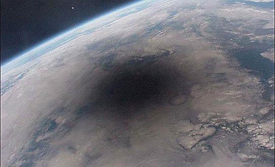 太空里拍摄的,月球投射在地球上的阴影区
