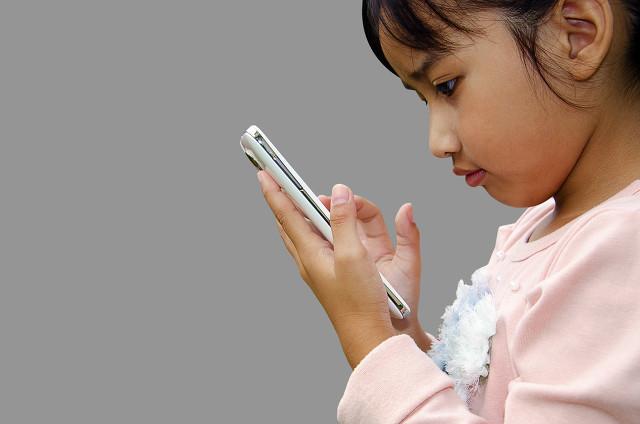 美调查发现:孩子一周玩手机时间超30个小时