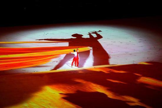 """8月8日,演员在开幕式上表演。当日,第二届全国青年运动会开幕式在山西省太原市山西体育中心""""红灯笼""""体育场举行。新华社记者詹彦摄"""