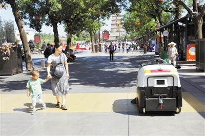 智能扫地机器人西安步行街上岗