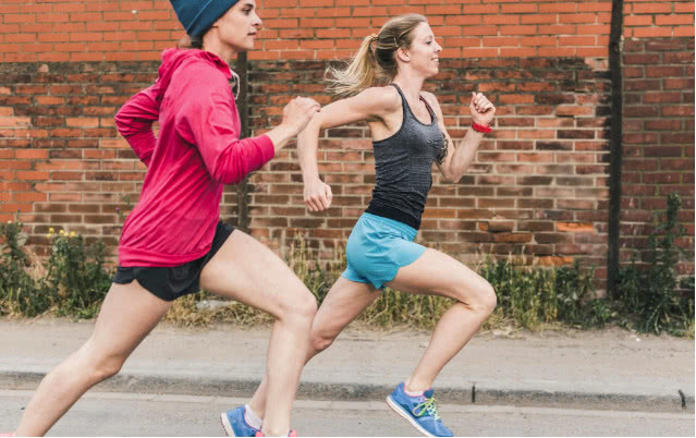 为何跑步要弯曲手臂而走路不用?不是因姿势怪?