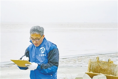 """""""海洋愚公""""刘永龙:为上海清理27吨海滩垃圾"""