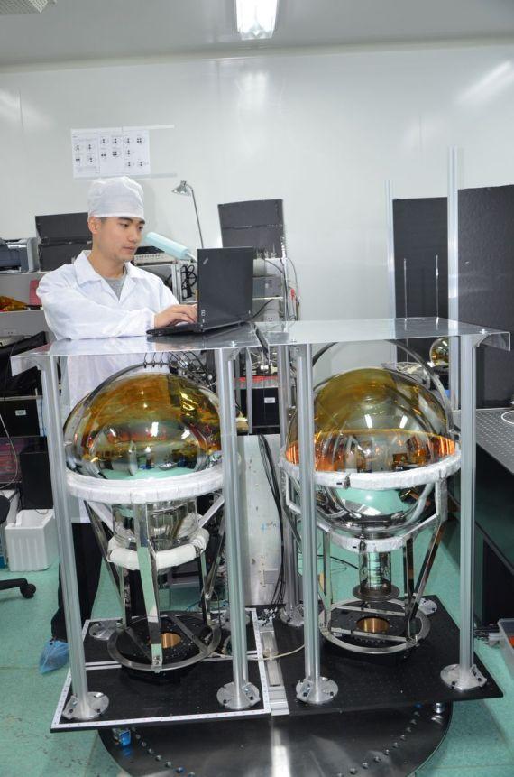 科研人员正在测试光电倍增管性能。