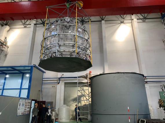 为确保12层楼高大球的设计安全无误,科研人员先造出直径3米的小球,进行模拟实验。图为小球模型吊装。